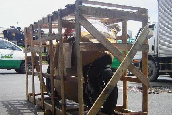 Cách bọc xe máy để vận chuyển an toàn nhất